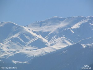 نمایی از جبههی شمالی سماموس، از رحیمآباد، ماه آذر، در پای قله جادهی جؤرده به سماموس معلوم است.