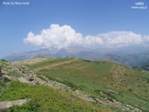 نمایی از جبههی جنوب غربی سماموس، از قلهی فیروزکوه دیلمان، ماه خرداد، ابری بر فراز قله قرار دارد.