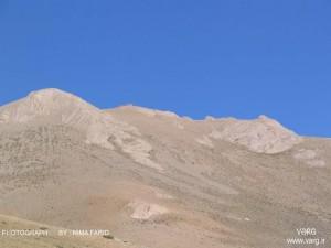نمایی از جبههی جنوبی سماموس، از یال جنوب غربی به سوی قله، ماه شهریور، بر فراز قله، بقعهی سماموس معلوم است.