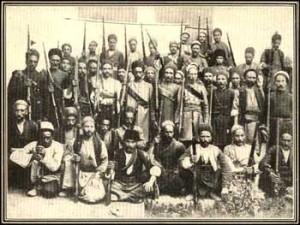مشروطه طلبان تبریز، در عکس ستارخان و باقر خان نیز دیده میشوند.