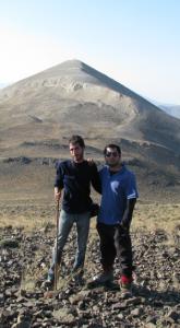 نیما و ورگ، بر فراز قلهی خشهچال و کوه بلور (شاسفید کوه) در پشت سر.